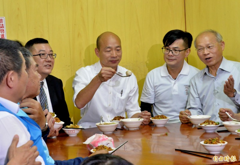 韓國瑜到柳家肉燥飯大啖在地知名的貢丸湯。(記者許麗娟攝)
