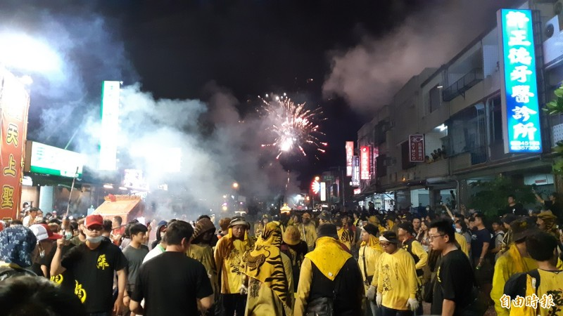 今年元宵,豐安宮另起爐灶辦聯合遶境,將市郊的漢陽北路變成萬人空巷,相當熱鬧。(記者黃明堂攝)