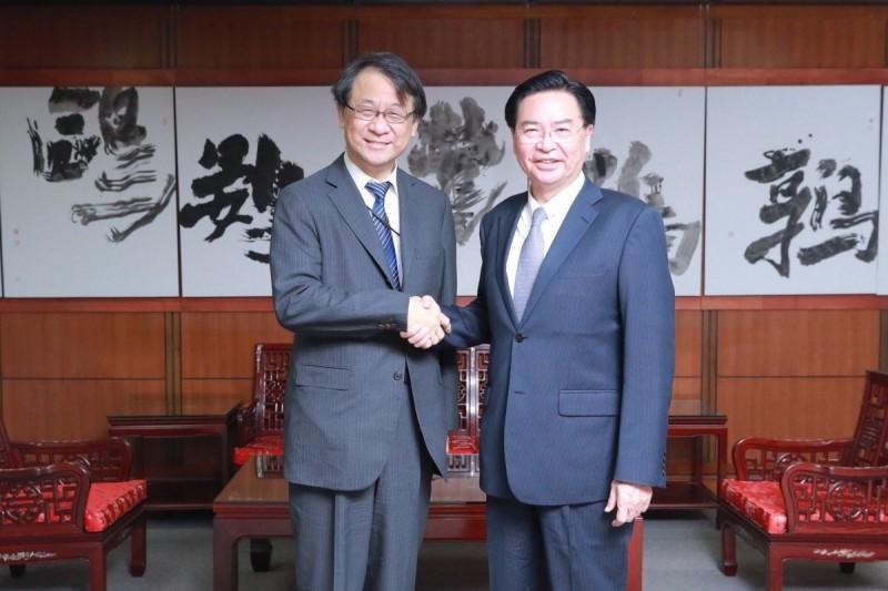 外交部長吳釗燮今會見日本新任駐台代表泉裕泰。(取自外交部推特)