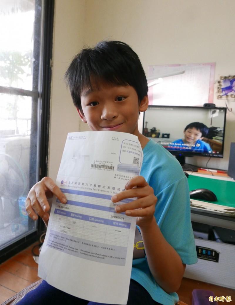 林易在升國二的暑假通過中級全民英檢。(記者蔡淑媛攝)