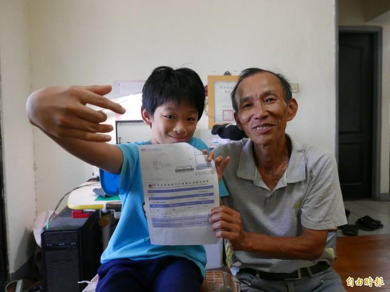 林易通過中級全民英檢,感謝爸爸從小讓他快樂有趣接觸英文。(記者蔡淑媛攝)