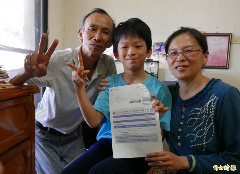 林易通過中級全民英檢,感謝爸爸、媽媽從小讓他快樂有趣接觸英文。(記者蔡淑媛攝)