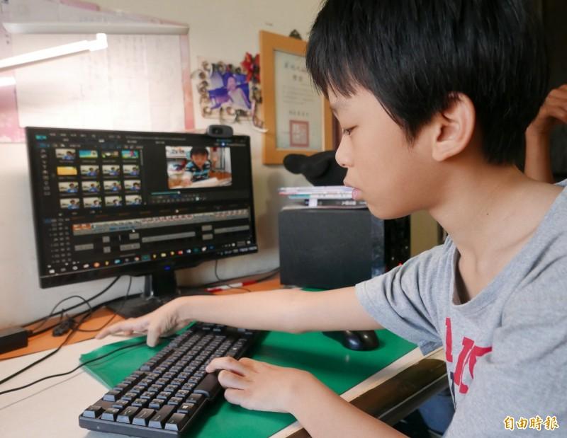 林易創作影片分享學英文的歷程和訣竅。(記者蔡淑媛攝)