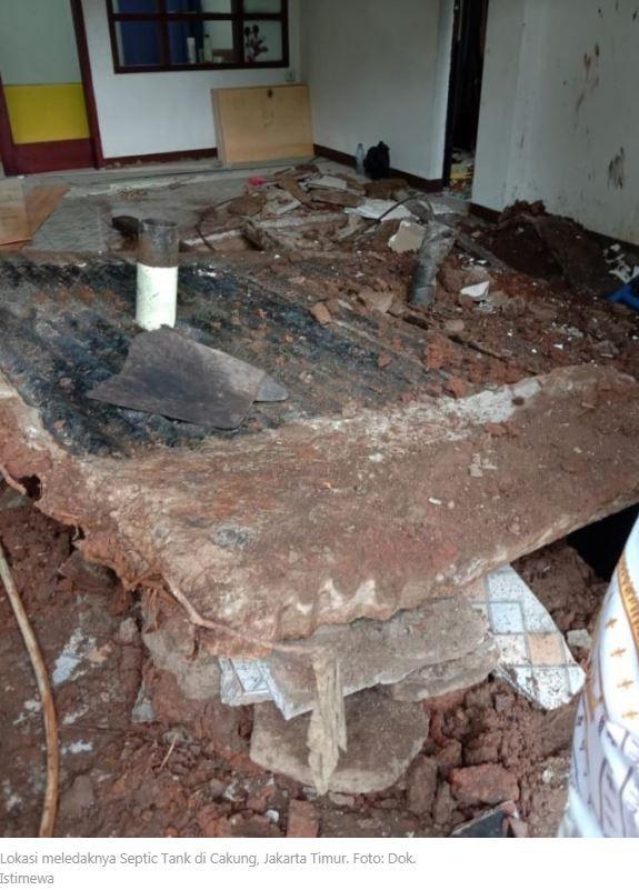 印尼雅加達(Jakarta)東部日前驚傳「化糞池爆炸」,負責清理化糞池的44歲工人,為了向屋主證明有「清乾淨」,點燃報紙、投入化糞池中,卻意外引爆沼氣,導致化糞池爆炸,該名工人跟地板一起被炸飛,最後不幸身亡!(圖擷取自kumparan新聞)