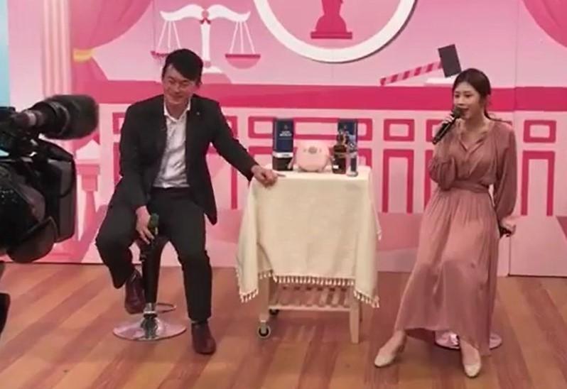 陳柏惟(左)與雞排妹(右)兩人直播並合唱「海波浪」(記者蘇金鳳翻攝)