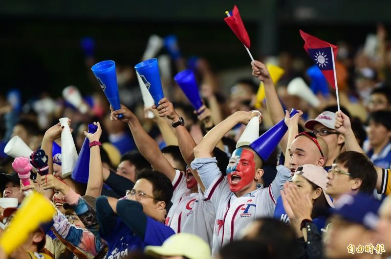世界12強棒球賽B組預賽,熱血球迷化上國旗妝,為台灣隊加油。(資料照,記者廖耀東攝)