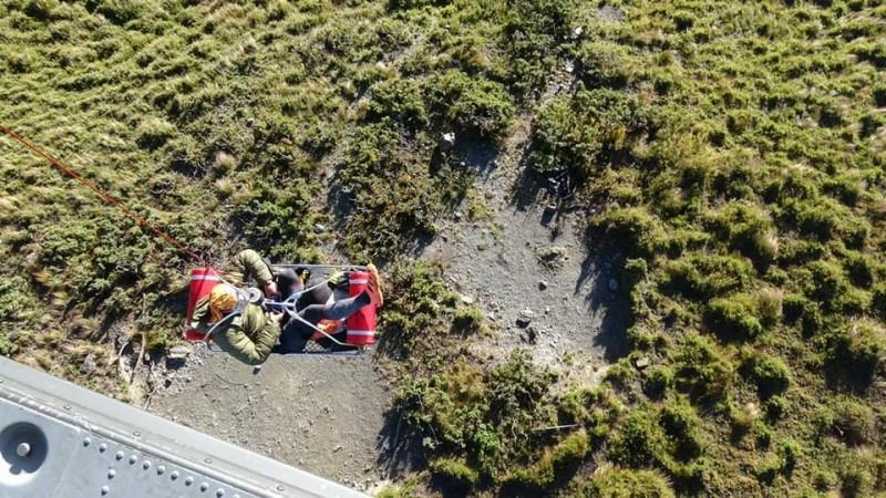 空軍第四聯隊獲報出動黑鷹直升機趕往救援,以吊掛方式成功將傷者救出並送醫治療。(擷取自空軍司令部臉書)