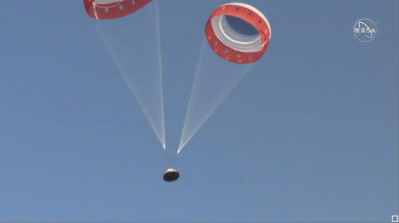 原先配備的3具降落傘僅張開兩具,不過仍足以維持太空艙安全。(美聯社)