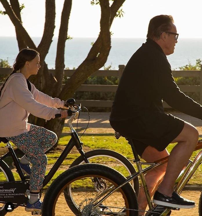 阿諾與瑞典環保少女桑柏格一起騎腳踏車,並表達自己對桑伯格的肯定。(翻攝自Ig@schwarzenegger)