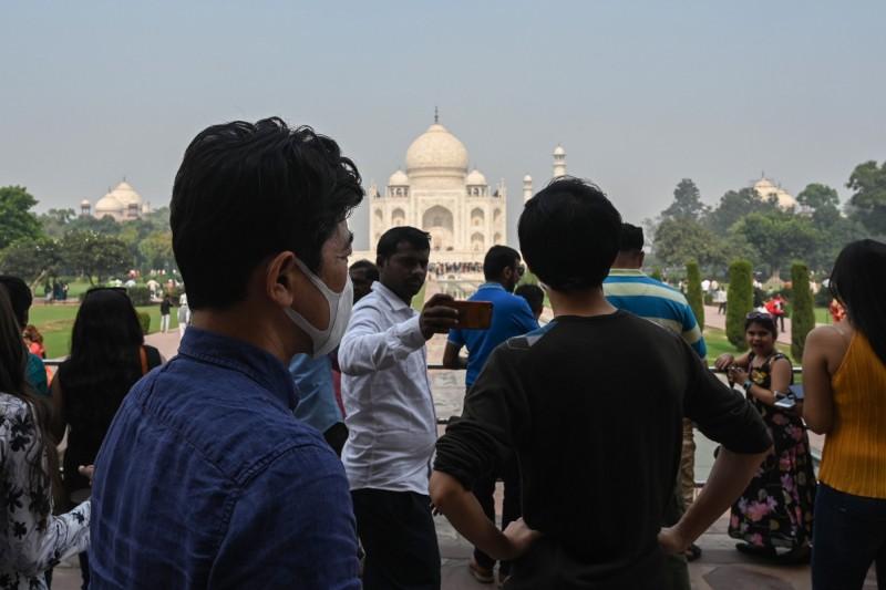 印度新德里空污嚴重,泰姬瑪哈陵也籠罩在髒空氣中。(法新社)