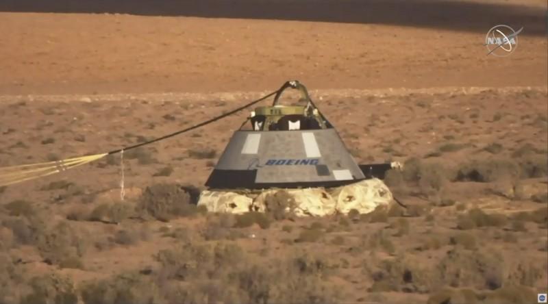 降落傘與底部安全氣囊能夠保障艙內太空人安全。(美聯社)