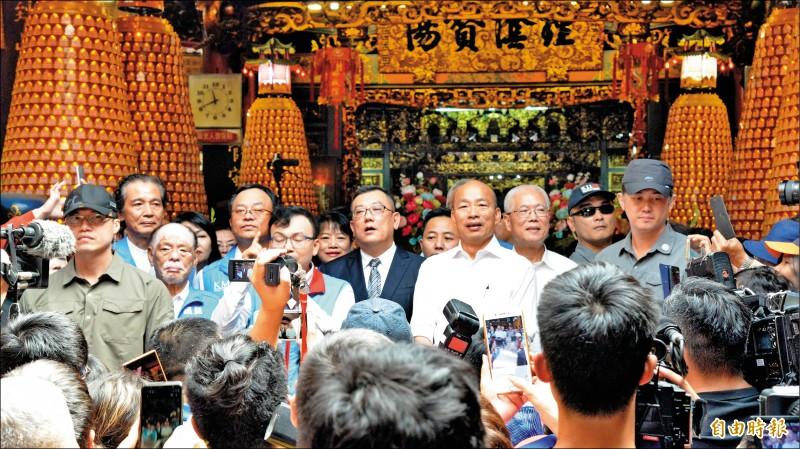 國民黨總統參選人韓國瑜,昨到新竹城隍廟參拜,改口稱「二次世界大戰,炸彈丟到新竹城隍廟後殿都沒有爆炸」。(記者許麗娟攝)
