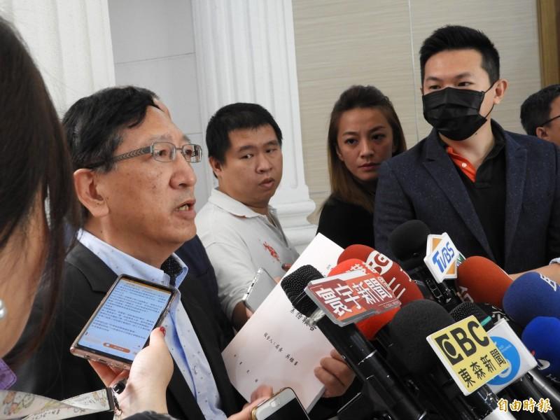 教育局長吳榕峯(左)拿出第三屆第二次定期大會的書面資料,強調寫3千字心得,是一個教育手段。(記者葛祐豪攝)