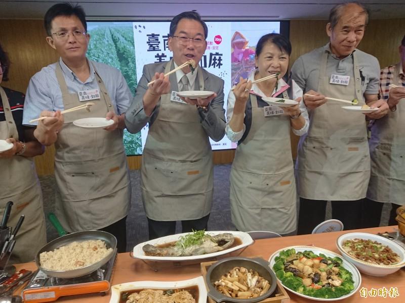 南市副秘書長王揚智(左2)偕同市議員蔡秋蘭(左3)等人試吃宣傳。(記者洪瑞琴攝)