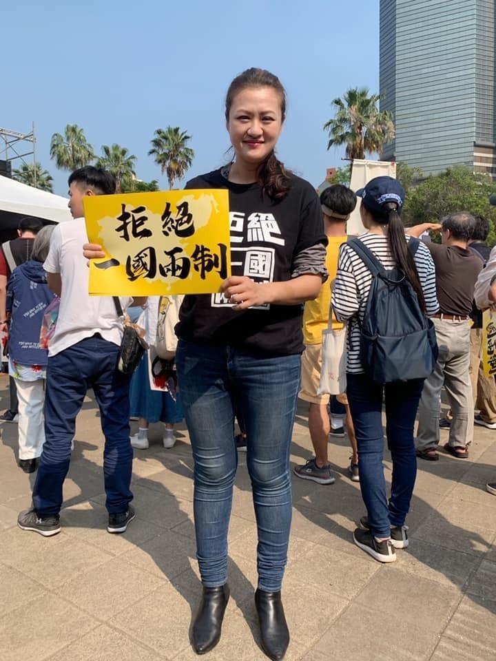 韓國瑜失業還能買豪宅,高閔琳要求韓請教教高雄市民怎麼貸款。(記者黃佳琳翻攝)