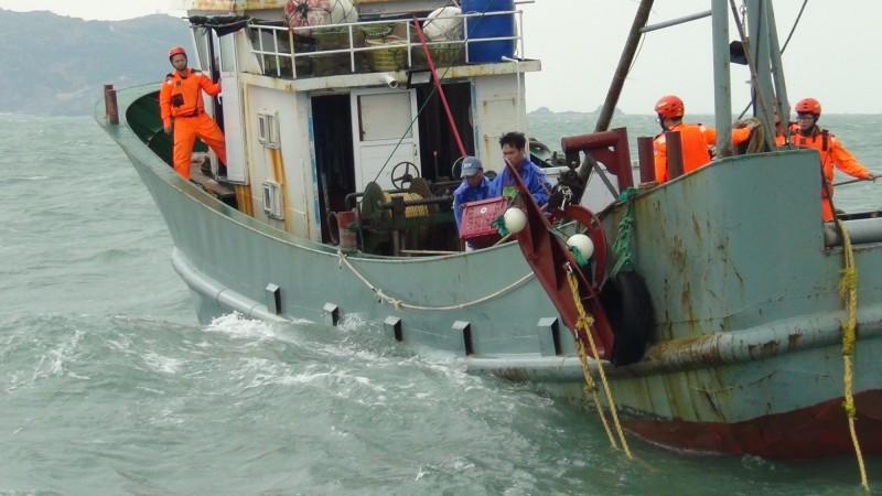 我國海巡署PP-3578巡防艇於7日上午9時許於莒光菜埔沃海域,查獲中國籍無船名拖網漁船非法作業;圖為海巡署隊員登船檢查。(記者俞肇福翻攝)
