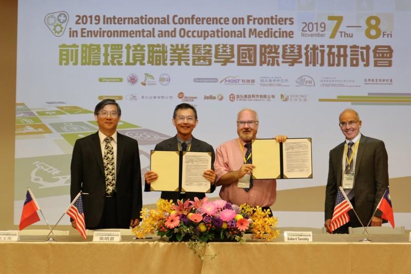 高醫大環境醫學研究中心主任吳明蒼(左2)與美國明尼蘇達大學教授Robert  Turesky(右2)簽署合作計畫。(高醫大提供)