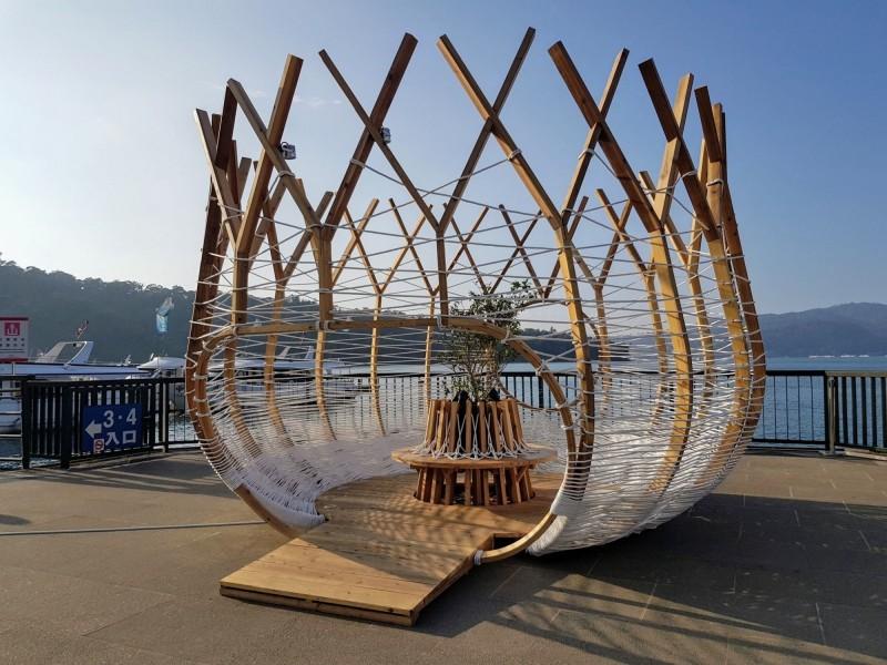 日月潭風景區伊達邵碼頭,最近新增「鳥巢」地景藝術,不論何種時段的天色,「鳥巢」都能呈現不一樣的視覺美感。(日管處提供)