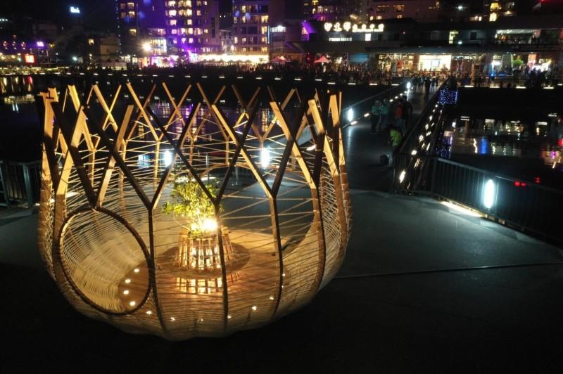 日月潭風景區伊達邵碼頭,最近新增「鳥巢」地景藝術,夜間配合碼頭光環境,別具特色。(日管處提供)
