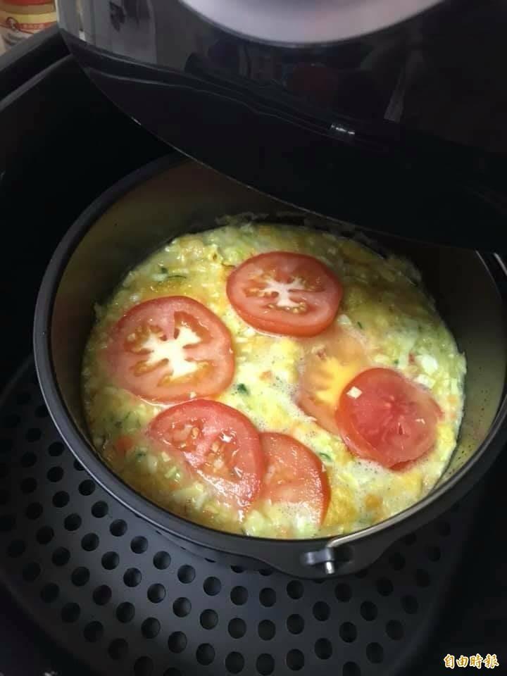 不少民眾喜歡利用氣炸鍋進行各式料理。(記者林惠琴攝)