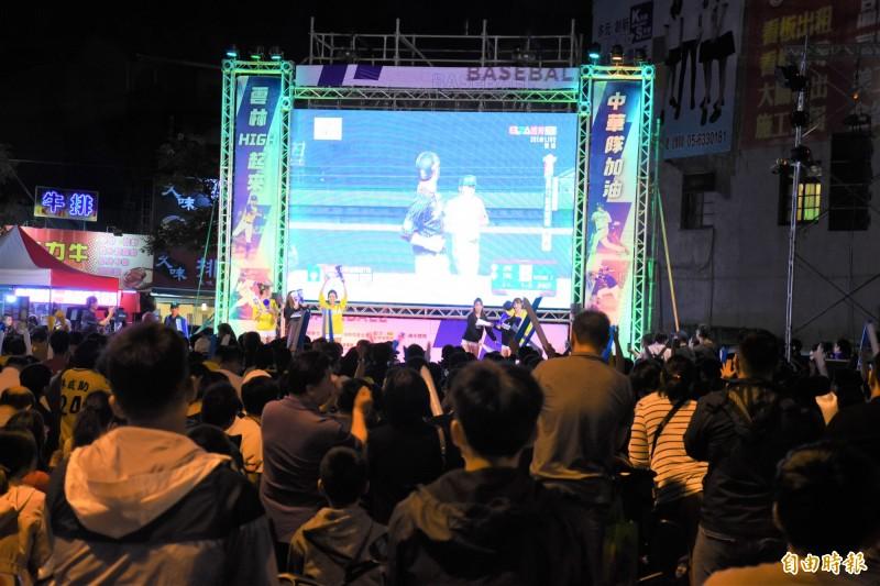 台日大戰吸引大批球迷到虎尾圓環為台灣加油。(記者林國賢攝)