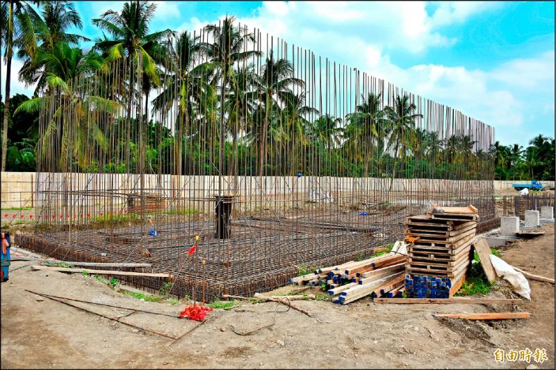 自來水公司已在屏東機場外圍施工設立淨水廠。(記者葉永騫攝)