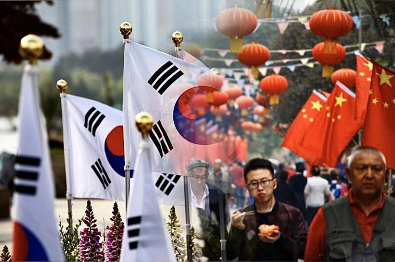 台灣民眾在南韓遇到住在東京的中國上海人,聊到統獨議題時,台灣民眾讓對方啞口無言。(左圖彭博,右圖路透,本報合成)