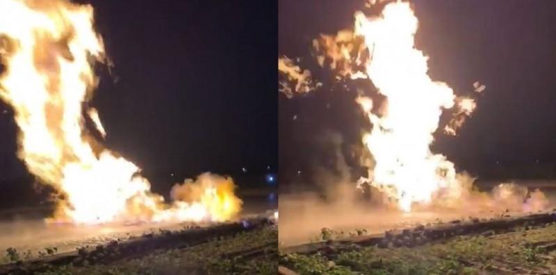 屏東萬丹泥火山今晚噴發,現場出現猛烈火舌。(圖擷取自南國人臉書社團)