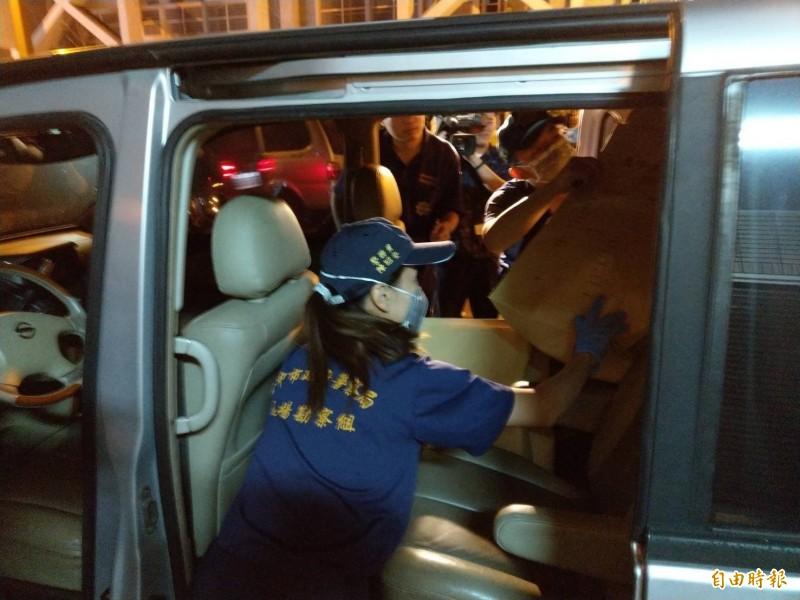 台中市警局鑑識人員進入現場蒐證3小時,蒐集大批現場證物送驗釐清案發經過。(記者張瑞楨攝)