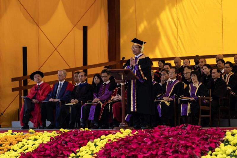 港中大校長段崇智今日在畢業典禮上脫稿與學生「交心」。(彭博)