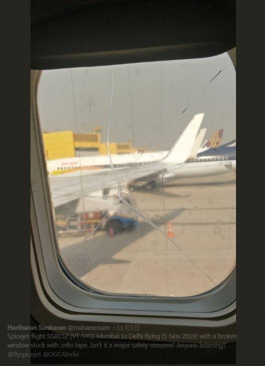薩卡蘭5日搭乘廉價航空公司「香料航空」飛往新德里,他在飛行過程中發現,身旁的機窗竟然有條長長的裂紋,上面還貼著透明膠帶當作補強,可見航空公司對飛行安全敷衍了事,令薩卡蘭感到相當憤怒。(圖擷取自Twitter「Hariharan Sankaran」)