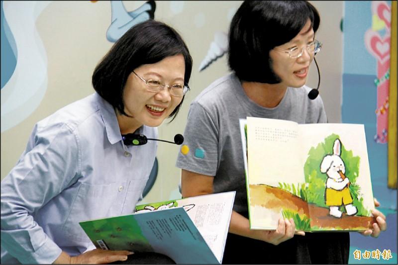 總統蔡英文(左)與立委蘇巧慧(右)到幼兒園講故事給小朋友們聽。(記者邱書昱攝)