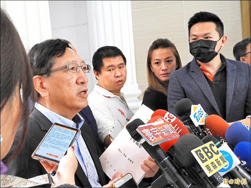 教育局長吳榕峯(左)拿出第三屆第二次定期大會的書面資料,強調寫三千字心得是一個教育手段。 (記者葛祐豪攝)