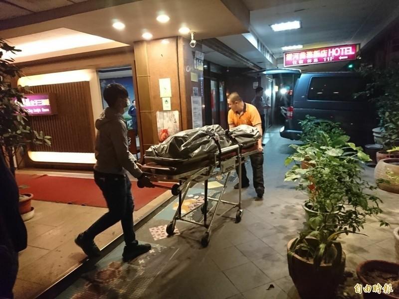 警方於半夜將少婦的大體移至殯儀館。(資料照)