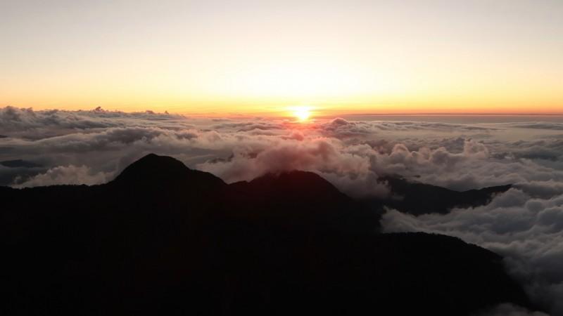 秋高氣爽,玉山國家公園出現壯闊的夕陽雲海景觀。(玉管處提供)