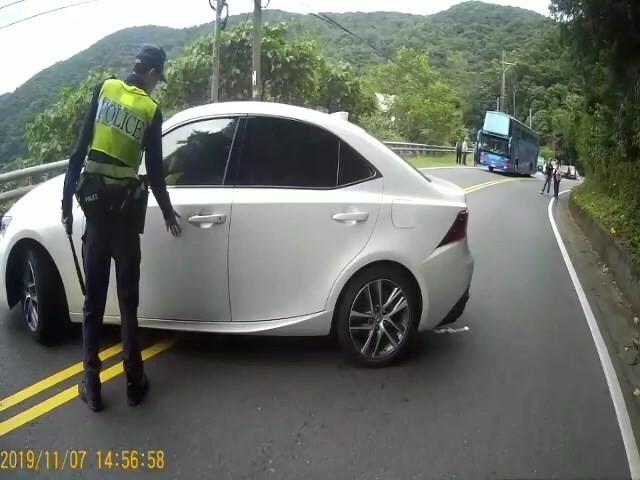 朱男將駕車橫停路中,任憑警方如何喝令下車受檢都不肯就範。(記者陳賢義翻攝)