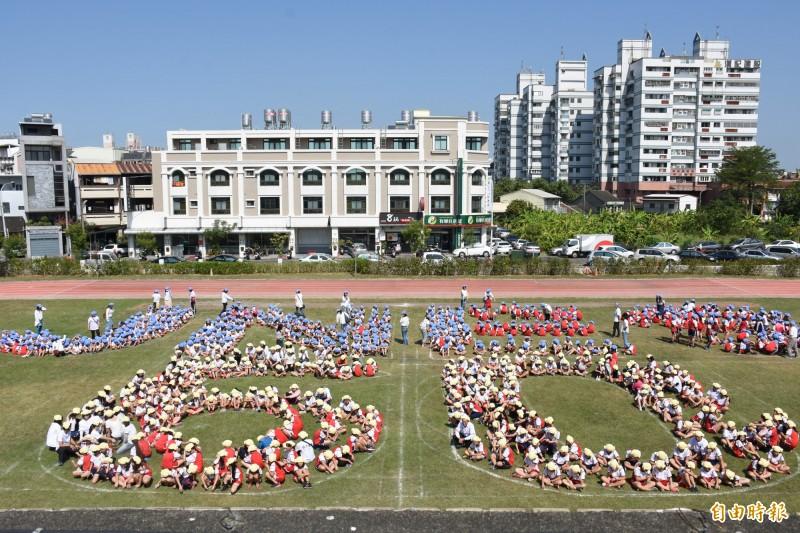 鎮南國小千名學童排出「JNES60」迎接60週年校慶。(記者林國賢攝)