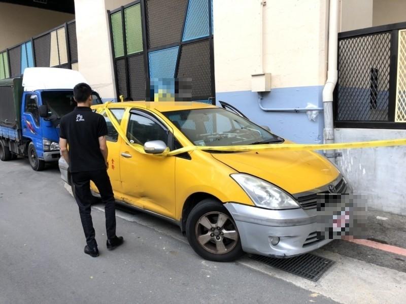 林姓運將今天上午被發現陳屍在計程車駕駛座上,駕駛座車門開啟,又距離成功國小不遠,引起路人側目。(記者林嘉東攝)