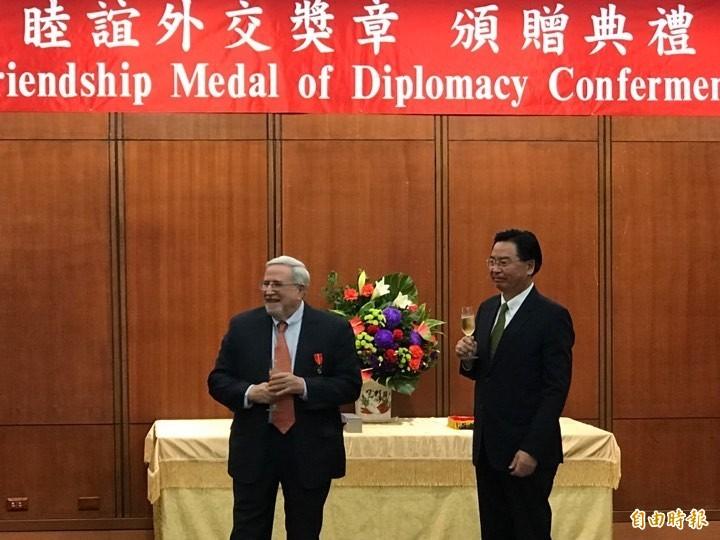 外交部長吳釗燮(右)今下午頒贈睦誼外交獎章給美國商會資深總監沙蕩。(記者彭琬馨攝)