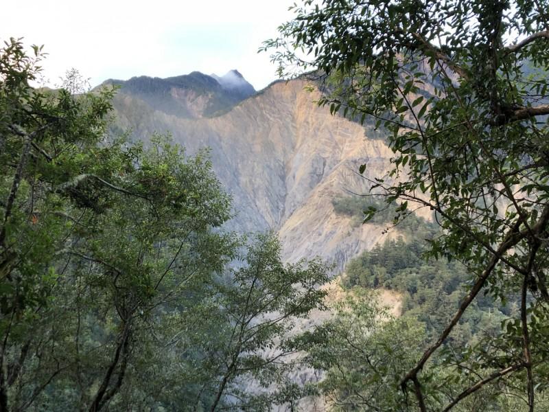 玉管處近日進行玉山下八通關路線踏勘,在金門峒大斷崖由於崩坍擴大,山友應循高繞路線行走。(玉管處提供)