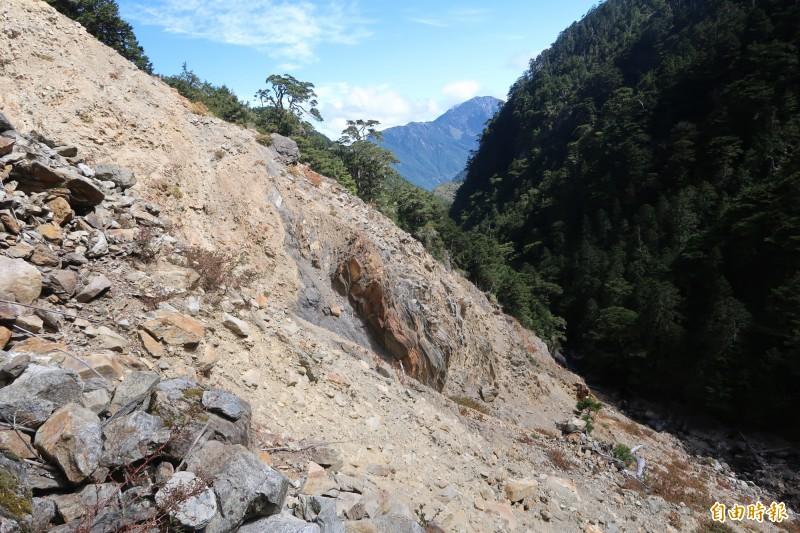玉管處近日進行玉山下八通關路線踏勘,在荖濃斷崖部分,因屬崩塌地形,山友應循高繞路線行走。(玉管處提供)