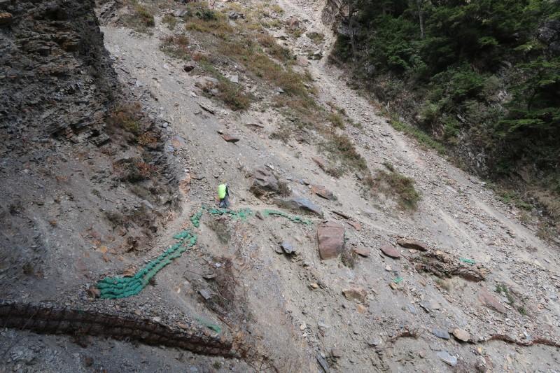 玉管處近日進行玉山下八通關路線踏勘,在荖濃斷崖部分,因屬崩塌地形,踏勘隊伍選擇高繞路線行走。(玉管處提供)