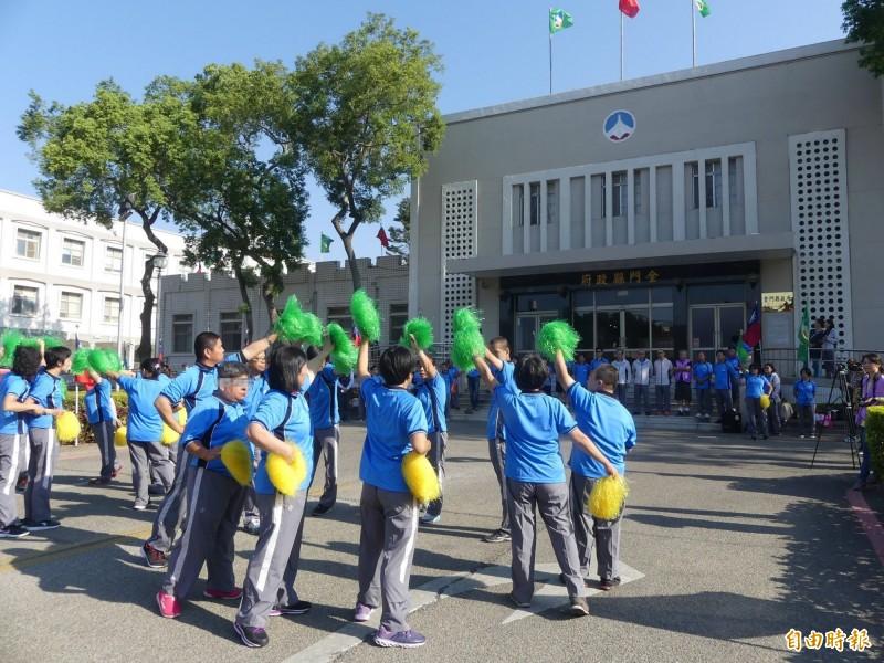全國心智障礙者親子運動大會聖火傳遞儀式前,充滿活力的啦啦隊表演,成為現場目光焦點。(記者吳正庭攝)