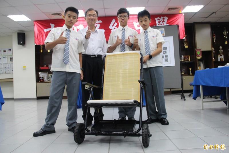 特優作品「改良式輪椅」得獎六和高中國中部學生林哲葦、余泰慶、廖宏缌與校長林繼生合影留念。(記者許倬勛攝)