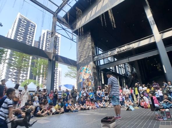街頭藝人表演主要的收入還是來自打賞。(議員黃敬平提供)