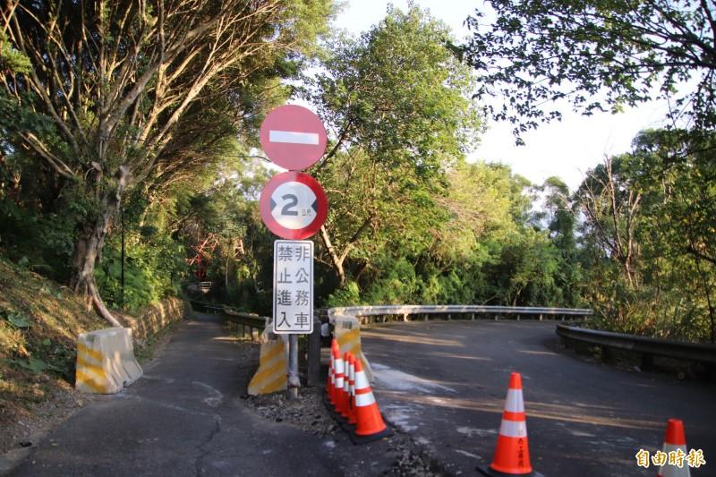 關西鎮爭取把圖左路幅僅約2、3公尺的關西服務區公務車道拓寬作為聯外道路,遠方紅色網格狀處就是高壓電塔,遭高公局以安全為由正式公開否決。(記者黃美珠攝)