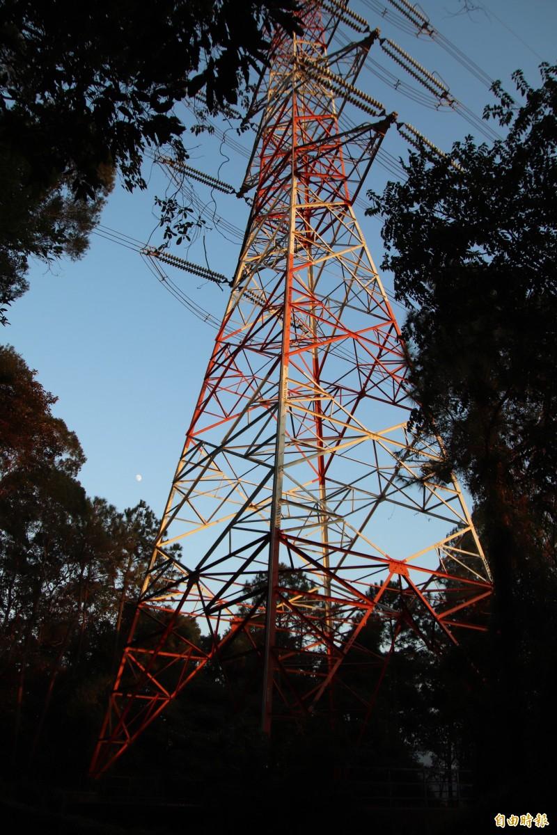 位於國道3號關西服務區聯外道路計畫路線上的高壓電塔。(記者黃美珠攝)
