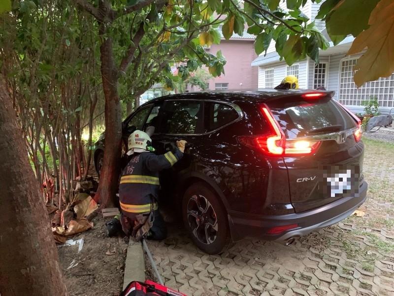 糊塗女駕駛回家停車卻沒熄火、沒拉手煞車,就連排檔都仍在D檔,導致被車門夾傷。(記者黃美珠翻攝)
