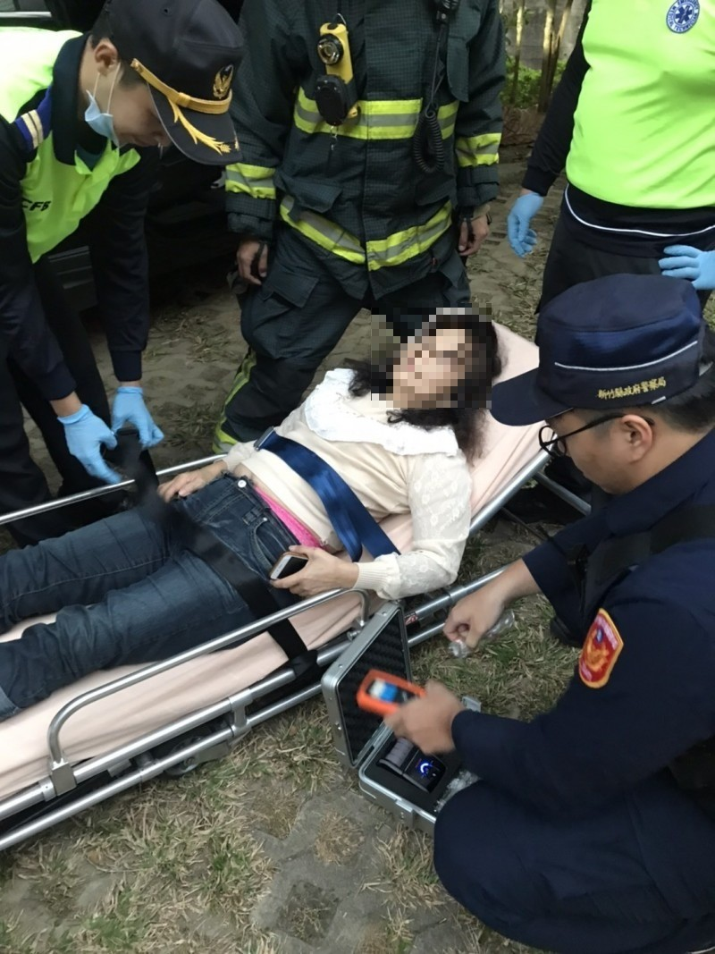 糊塗女駕駛脫困後直喊雙腿發麻到沒有知覺,經火速送醫所幸無礙。(記者黃美珠翻攝)