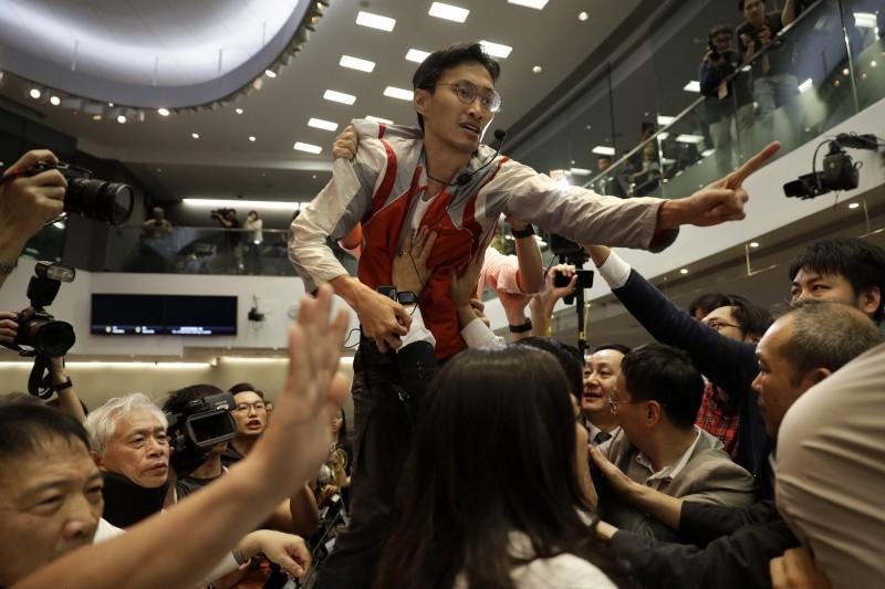 香港7名泛民派議員在8日晚上遭到警方拘捕或預約拘捕,據悉與5月11日立法會《逃犯條例》法案委員會爆發衝突有關。圖中為8日晚遭警方上門拘捕的立法會議員朱凱迪。(美聯社檔案照)